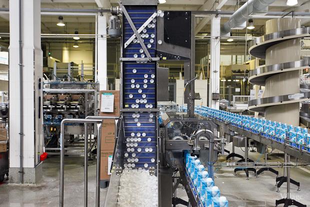 Фоторепортаж: Как делают йогурты на молочном заводе. Изображение № 51.