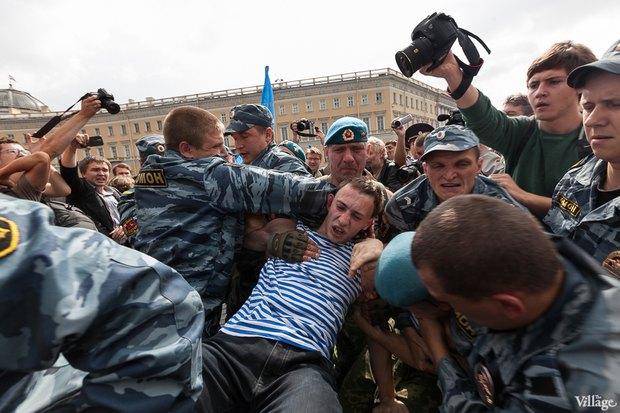 Фото дня: Десантники пытались избить гей-активиста на Дворцовой. Изображение № 11.