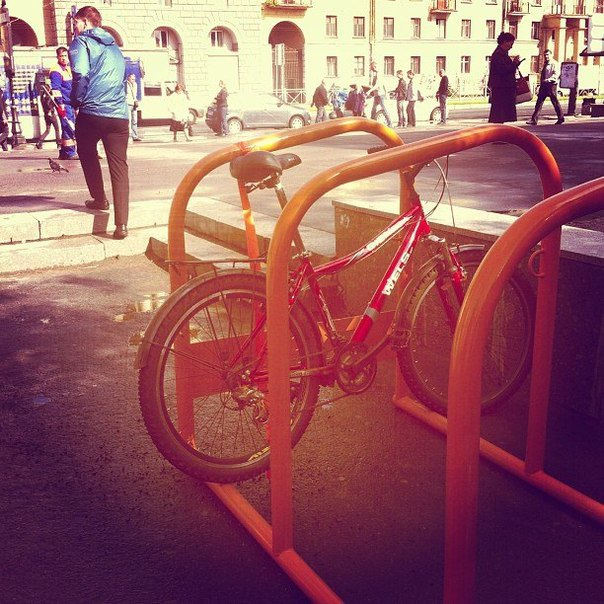 В городе начали ставить гигантские велопарковки. Изображение № 2.