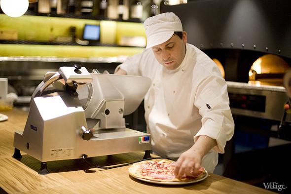 Сверху на пиццу укладывается парма, она не запекается вместе со всей пиццей. Изображение № 7.