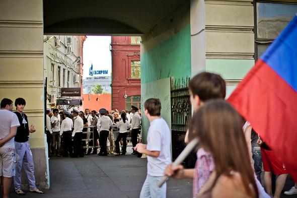 Уже вечером выясняется, что всё перекрыто из-за членов прокремлевских молодежных организаций, которые должны были торжественно прошествовать к Красной площади. На фотографии члены «Молодой гвардии» смотрят, как людей не выпускают из двора.. Изображение № 25.