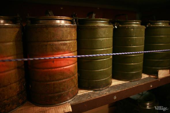 Вдоль стен автобуса стоят армейские термосы с супом и чаем. Супы для «Ночного автобуса» бесплатно готовят разные кафе города. Изображение № 9.