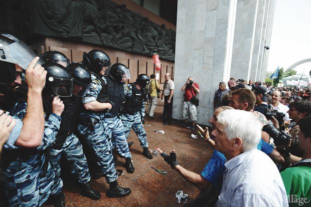 После очередной неудачной попытки сместить митингующих «Беркут» вновь отступает. Изображение № 42.