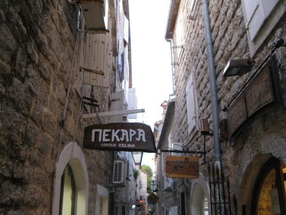 улочки Будвы пестрят вывесками кафе, галерей, магазинов и сувенирных лавочек. Изображение № 8.