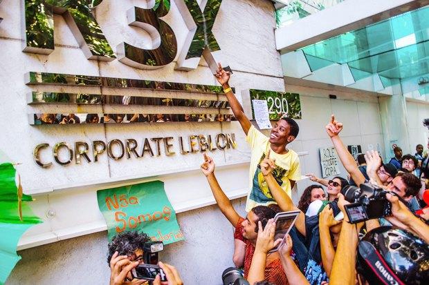 Странные танцы: Александра Петрачкова о новой форме протеста в Бразилии. Изображение № 8.