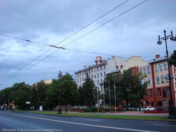 На крыше дома наВасильевском острове появилась лондонская телефонная будка. Изображение № 3.