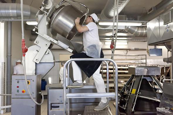 Замешенное тесто перемещается в автоматический делитель. Изображение № 10.