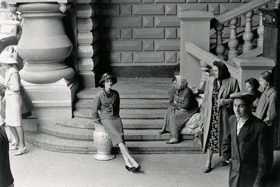 «Энциклопедия ГУМа»: Как вМоскву 1959 года привезли Christian Dior. Изображение № 8.
