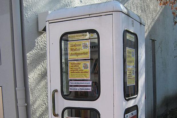 Переоборудованная под общественный книжный шкаф бывшая телефонная будка в немецком городе Итцехо. Изображение № 5.