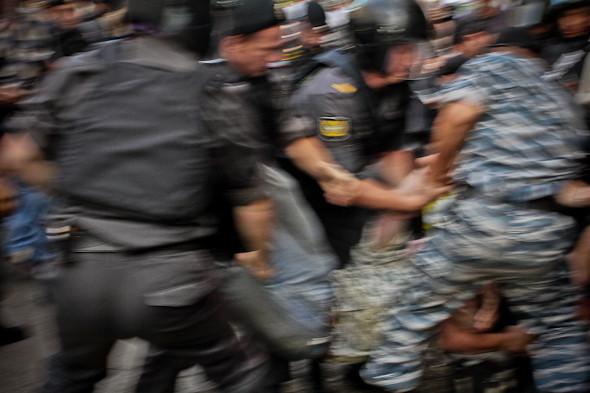 Чтобы расцепить спешно усаживающихся на асфальт оппозиционеров, применяют болевые приемы и грубую силу.. Изображение № 23.