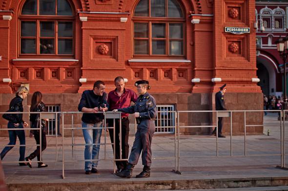 Полиция на Манежной площади работала в усиленном режиме с полудня: были перекрыты некоторые выходы из метро, подтянуты дополнительные наряды полиции и дружинников.. Изображение № 1.
