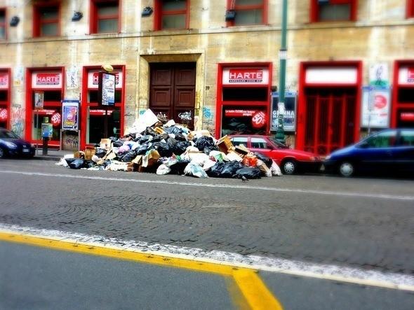 Недостатка в мусоре в Неаполе нет. Изображение № 7.