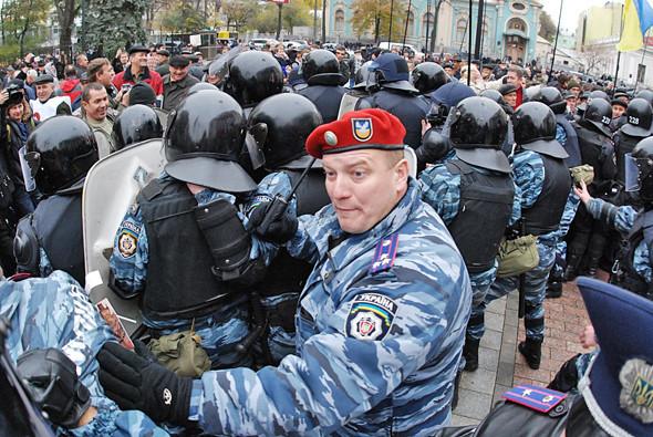 Вскоре между митингующими и милицией вклинилось подоспевшее подкрепление «Беркута», и пикетчиков начали оттеснять от входа в парламент. . Изображение № 12.