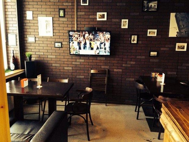 НаПросвещения открыли спортивный магазин-бар скрафтовым пивом. Изображение № 2.