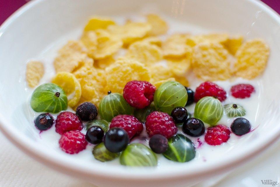 Кукурузные хлопья (могут подаваться с молоком, йогуртом, ягодами)  — 20 грн. за 50 г. Изображение № 2.