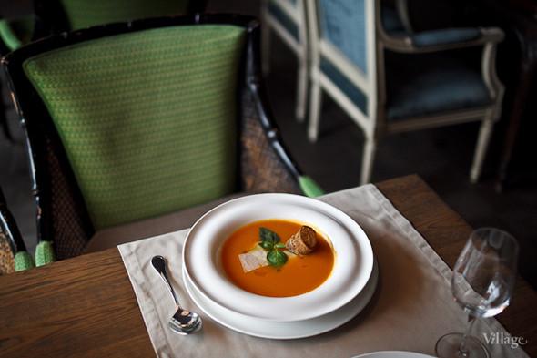 Тыквенный суп из города Мантова с белыми грибами и маслом белого трюфеля — 330 рублей. Изображение № 39.