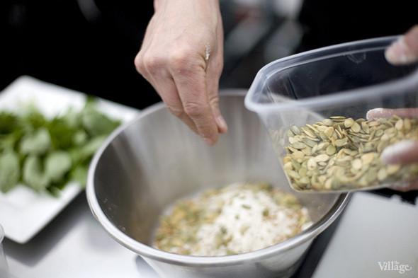 Как говорит шеф-повар, семечки тыквы очень полезны для здоровья и придадут тесту ореховый оттенок. Изображение № 12.