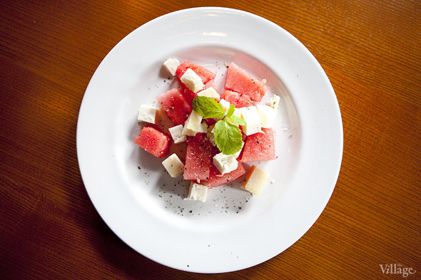 Свежий арбуз с выдержанным сыром тестун ди капра и черным перцем — 510 рублей. Изображение № 24.
