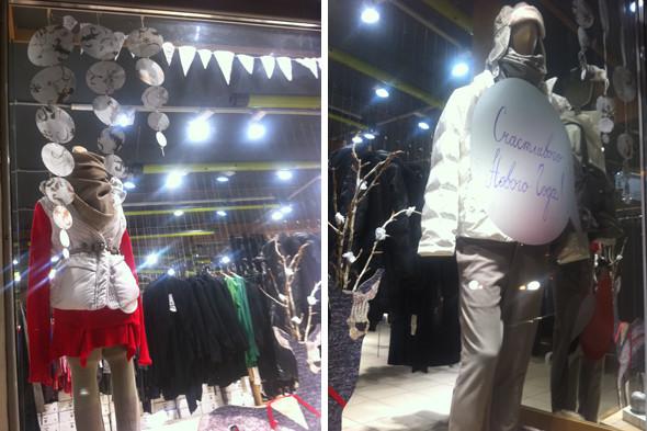 Чиновники начали штрафовать магазины за неправильно украшенные витрины. Изображение № 2.