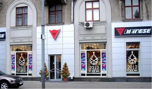 Чиновники начали штрафовать магазины за неправильно украшенные витрины. Изображение № 12.