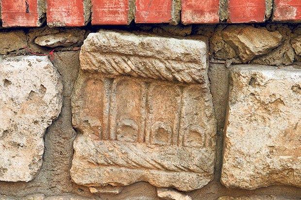 Вцентре Москвы обнаружили ограду изнадгробий XV–XVI веков. Изображение № 1.