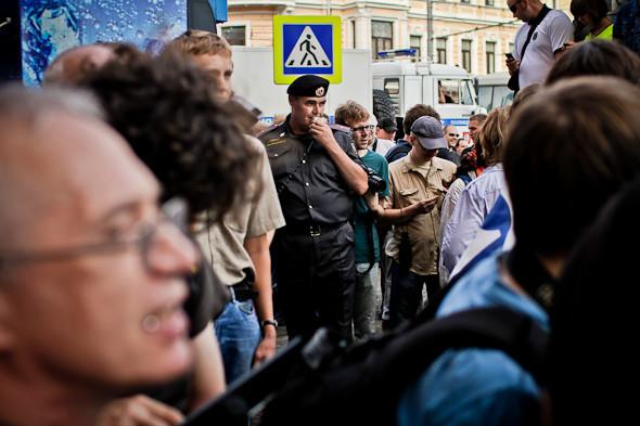 К каждой группе митингующих приставлен полицейский с мегафоном, который монотонно повторяет: Граждане, вы мешаете проходу по тротуару. Просьба разойтись. Изображение № 7.