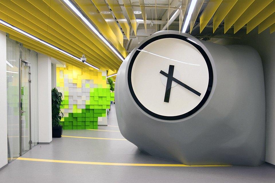 Часы встречают посетителей «Яндекса».. Изображение № 24.