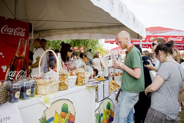 В шатре «Фермер» базара продавали овощи, фрукты, варенье, выпечку и готовили шашлык. Изображение № 30.