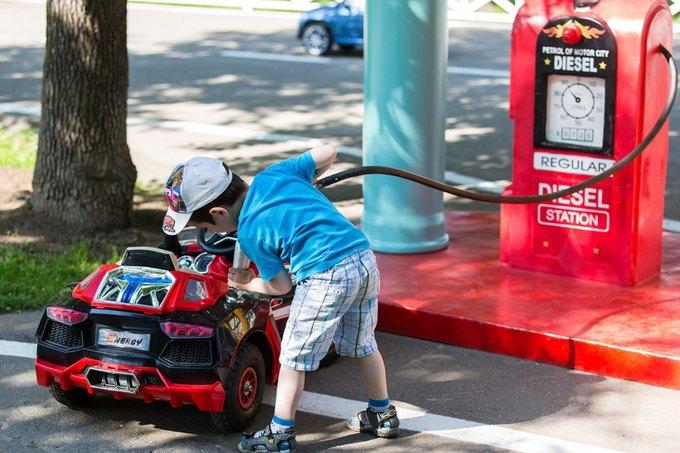 На ВДНХ открылась детская площадка смоделями машин Mercedes и Jaguar. Изображение № 1.