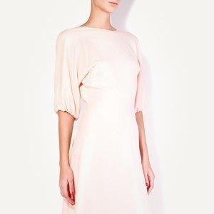 Брошь Chanel, кроссовки New Balance, юбка Jacquemus. Изображение № 3.