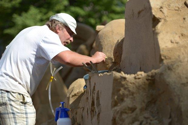 На пляже Петропавловской крепости построили песчаные скульптуры. Изображение № 3.
