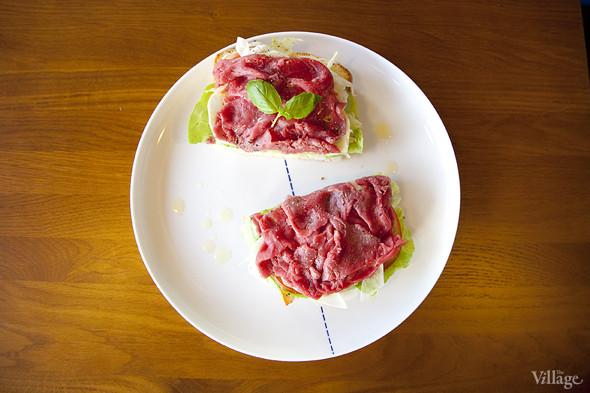 Брускетта с карпаччо из говядины, фенхелем и помидорами —280 рублей. Изображение № 30.