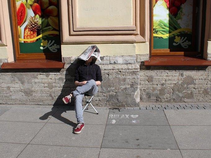 Художница сфотографировала мужчин рядом с надписями «Отдых 24часа». Изображение № 4.