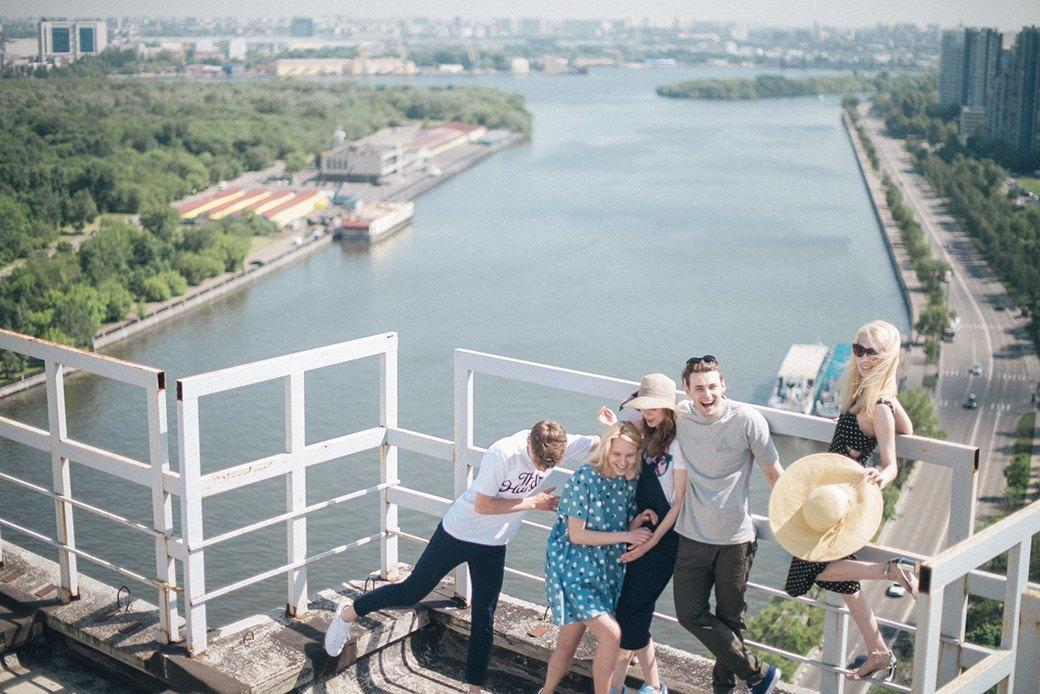 На уровне неба: 5 комплектов одежды для тёплых дней в Москве. Изображение № 10.