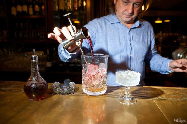 Поместить в смесительный стакан коктейль из бочки. Изображение № 33.