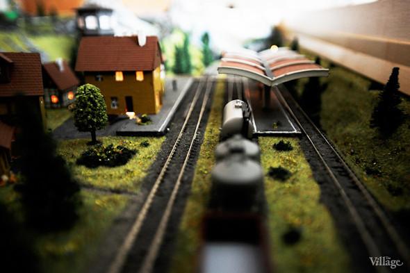 С помощью макета в кружке юных железнодорожников моделируют различные ситуации, например: переезд виадука, перевод стрелок, прибытие поезда на станцию.. Изображение № 17.