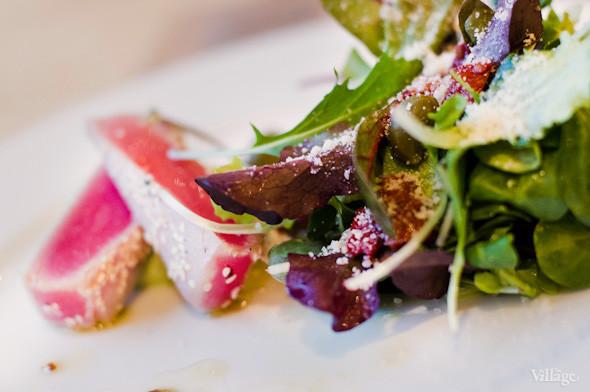 Салат из тунца с молодыми травами, дикими каперсами и муссом из авокадо — 89 грн.. Изображение № 23.