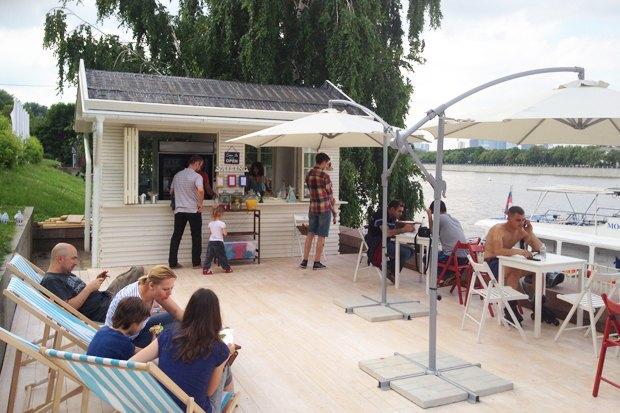 На Воробьёвской набережной открылось кафе Prawns. Изображение №1.