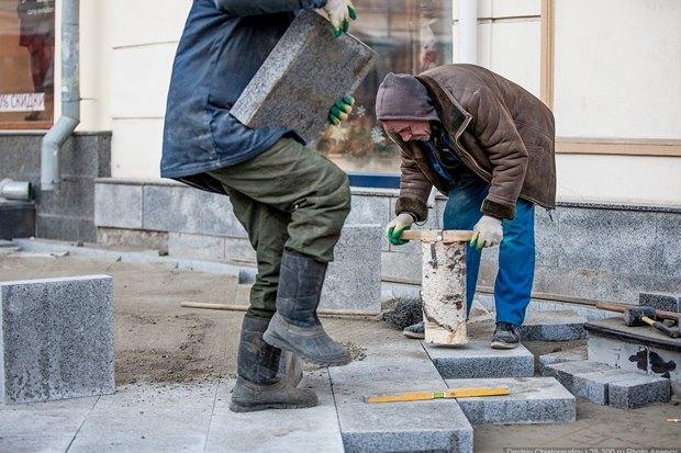 Создаётся ощущение, что рабочие утрамбовывают плитку с помощью полена: давление распределяется неравномерно. Изображение №10.