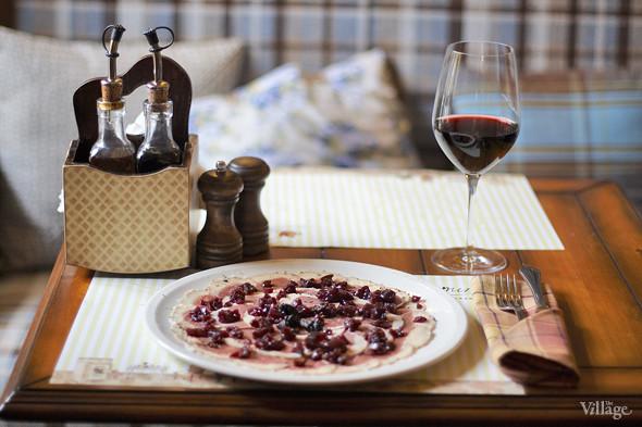 Карпаччо из утки — 380 рублей и вино Барбера д`Асти — 1 356 рублей за бутылку. Изображение № 27.