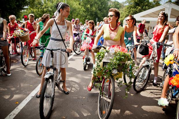 Люди в городе: Участницы парада «Леди на велосипеде». Изображение № 6.