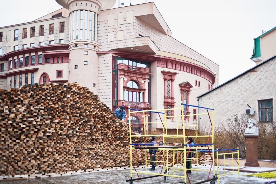 Фоторепортаж: Временный арт-объект во дворе Тургеневки. Изображение № 1.