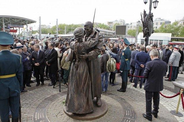 Вместо маузеров на памятник «Прощание славянки» установят советский пулемёт. Изображение № 1.