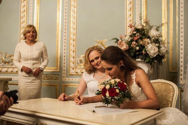 В петербургском загсе женят двух невест. Изображение № 6.