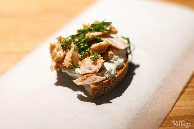 Бутерброд с запеченной курицей и соусом дзадзыки — 90 рублей. Изображение № 17.