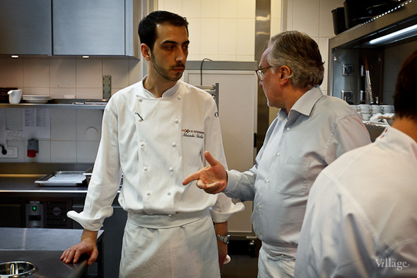Александр Николя получает указание от Алена Дюкасса. Ресторатор на кухне действительно крайне строг, ничего не упускает из виду, проверяет всё, от температуры воды до жёсткости курицы.. Изображение №19.