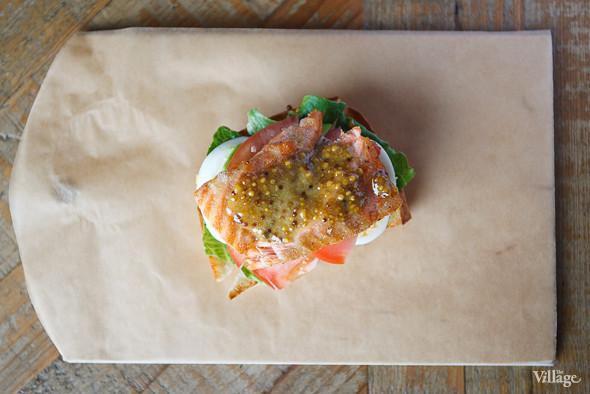 Сэндвич с тёплым лососем и авокадо — 290 рублей. Изображение № 35.