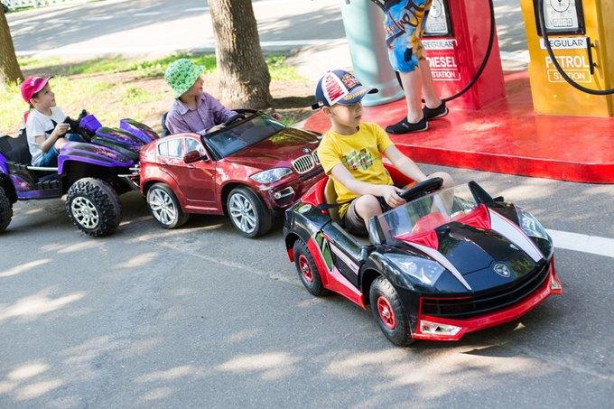 На ВДНХ открылась детская площадка смоделями машин Mercedes и Jaguar. Изображение № 3.