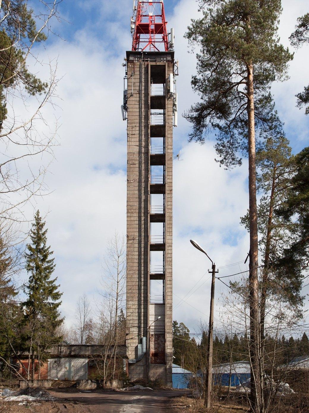 Колокольня кирхи прихода Энсо, возведённая в 1939 году. Саму церковь не достроили из-за войн. На металлической башне смонтировано оборудование сотовых операторов и телеантенны. Изображение № 30.