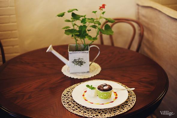 Шоколадный брауни с шариком ванильного мороженого — 130 рублей. Изображение № 38.